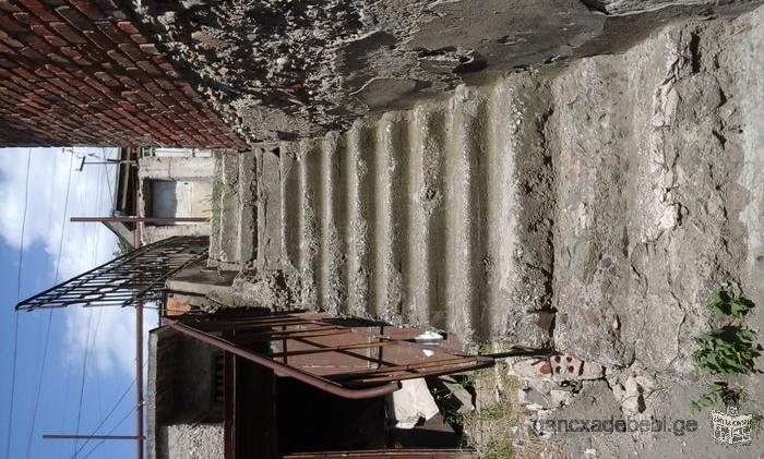 სახლი მიწის ნაკვეტიტ